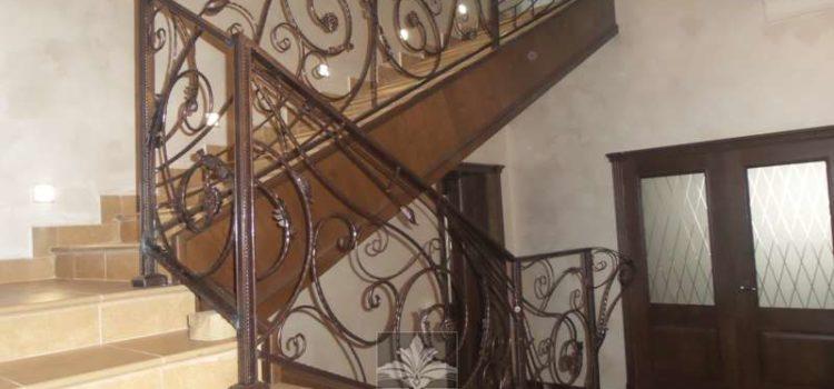 Перила для лестниц из металла с элементами ковки